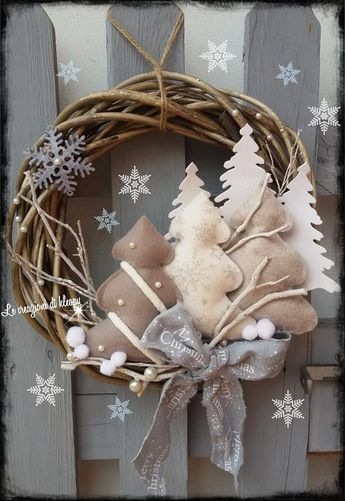 Weihnachtsbaumschmuck. Sehr einfache 15 ausgestopfte Dreiecke mit kleinen Kugeln…