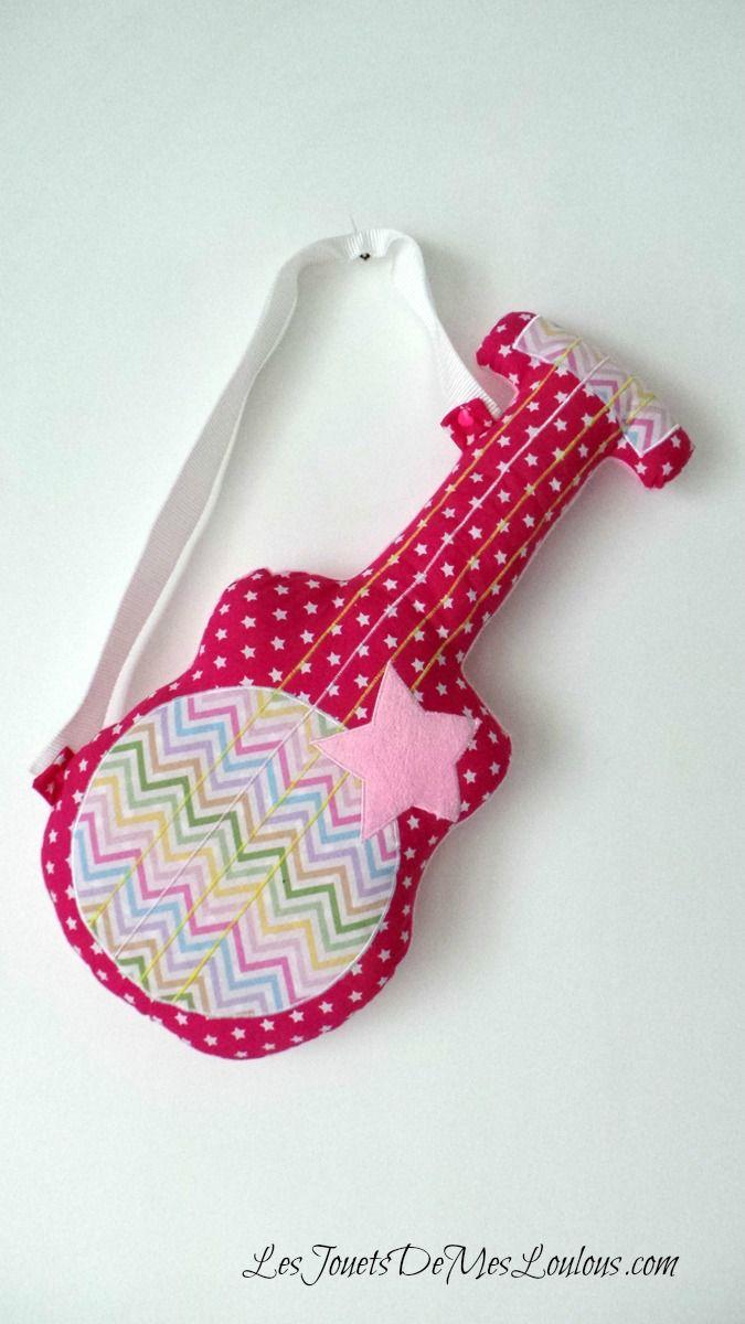 Guitare rose à chevrons http://www.lesjouetsdemesloulous.com/decoration/coussins/guitare-rose-a-chevrons.html