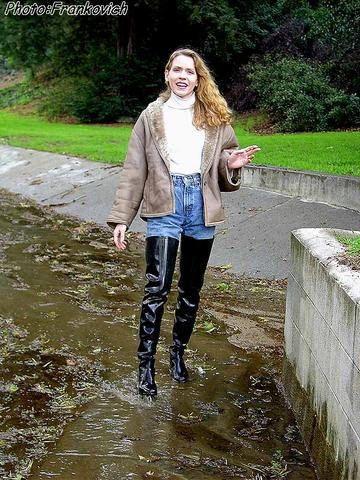 Black Rubber Overknee Boots   womem like show bit leg off