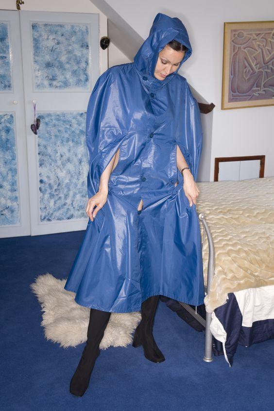sympathische person probiert vor dem bett ihr cape aus. Black Bedroom Furniture Sets. Home Design Ideas