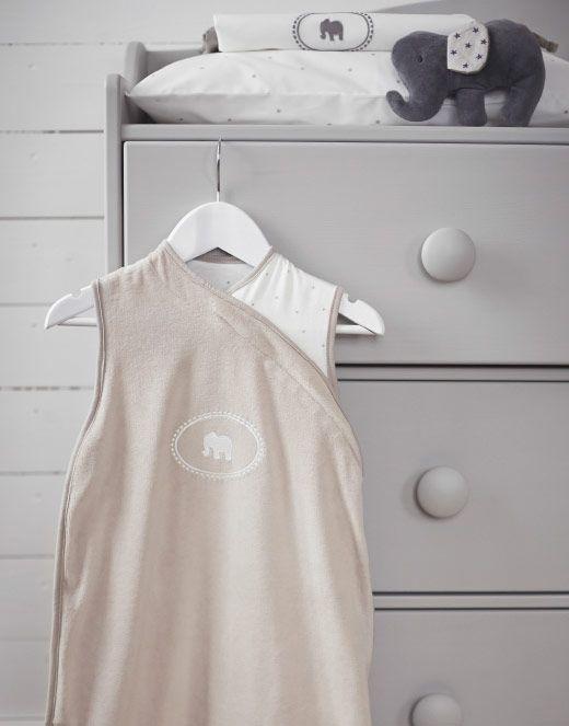 Ein IKEA CHARMTROLL Schlafsack 0 6 Beige/weiß, An Einer Kommode Hängend