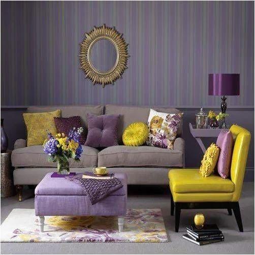Complementair contrast: Blauwpaars (of een kleur uit deze familie) tov geel (of een kleur uit deze familie). De stoel en wat kussens zijn geel. De muur, de bank en accessoires zijn paars.