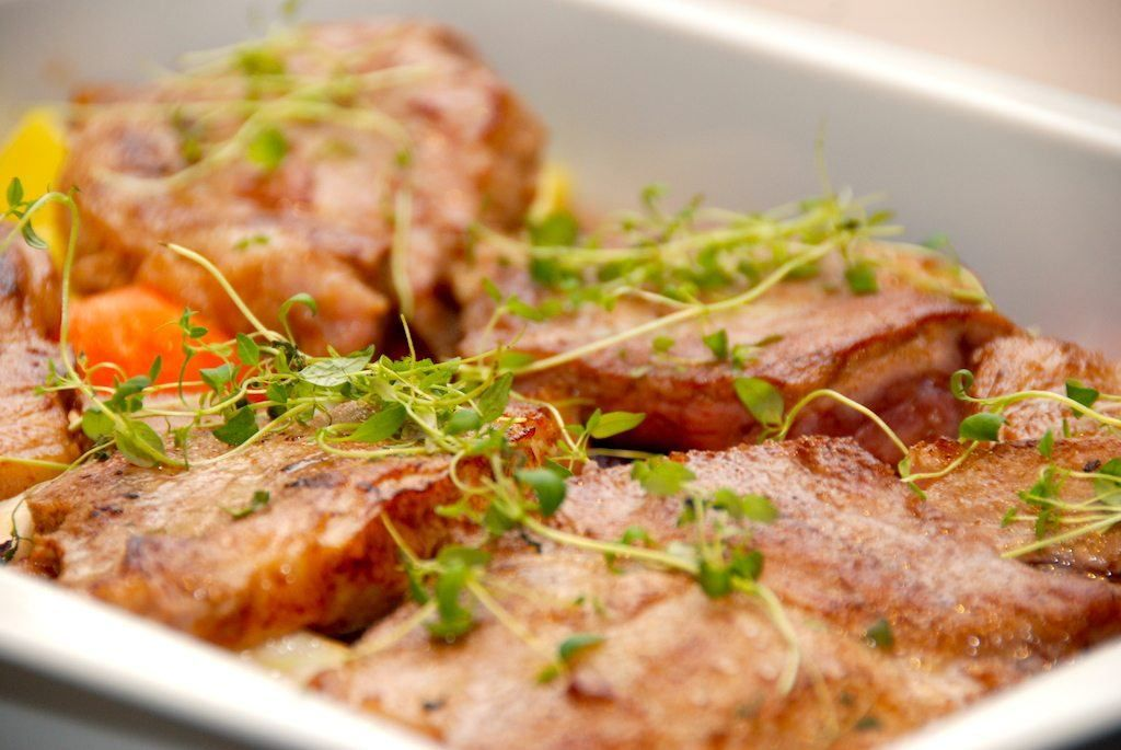 Langtidsstegte Nakkekoteletter I Ovn Med Rodfrugter Dinner Food