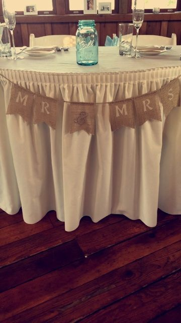 burlap adds a nice touch to this couple s head table inside the rh pinterest co uk