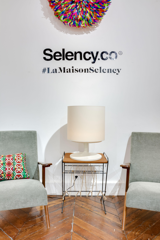 Brocante En Ligne Selency selency : grey armchair / white table light / colored