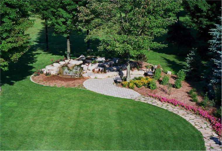 Grand jardin avec une allée en pierre
