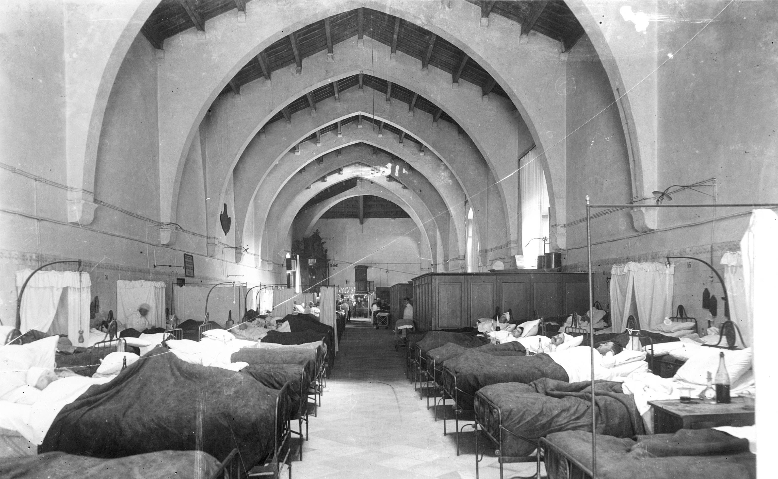 Cambra de Santa Maria (1919). Actualment, és la sala de Tramuntana. [Institut Amatller d'Art Hipànic]. Procedència: Arxiu històric de l'Antic Hospital. Biblioteca de Catalunya.
