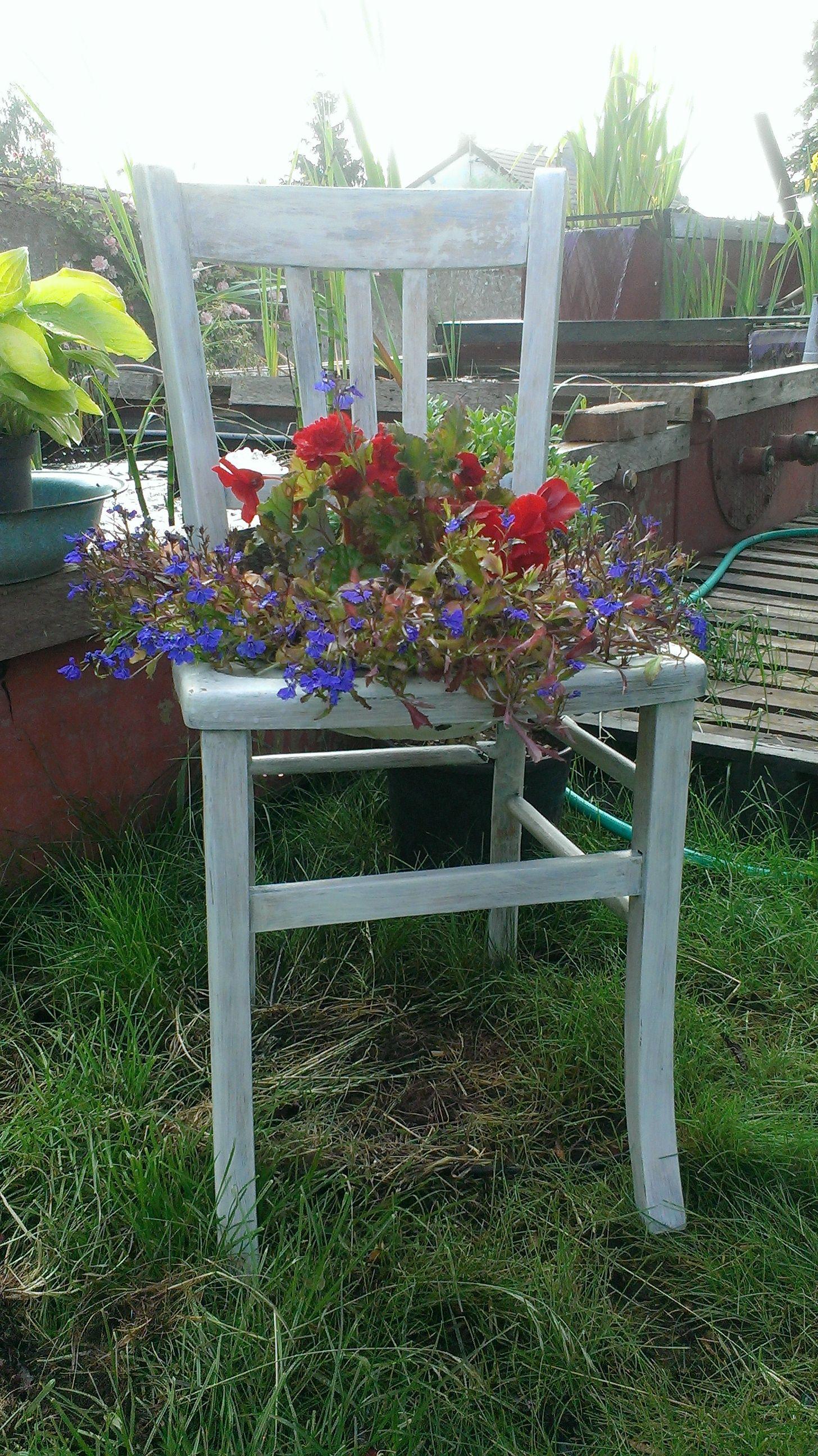 Une chaise perc e une bassine maill e des fleurs en - Objets decoration jardin exterieur ...