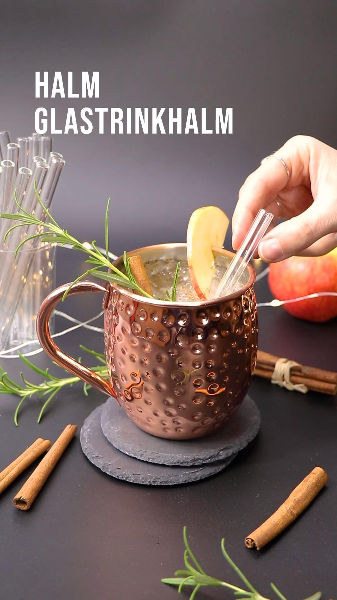 Lecker durch die Weihnachtszeit mit einem festlichen Moscow Mule und HALM Glastrinkhalmen. Dafür braucht ihr: —— 🌿 Eiswürfel 🌿 4cl Cider (oder Apfelsaft) 🌿 4cl Wodka 🌿 1/4 TL Zimt 🌿 Ginger Beer (oder Ginger Ale) 🌿 Rosmarin, Zimtstange und Apfelscheibe zur Deko —— Eiswürfel in Becher füllen, 4cl Cider und 4cl Wodka dazugeben. Anschließend 1/4 TL Zimt hinzufügen und umrühren. Becher mit Ginger Beer auffüllen und nun dekorieren! HALM Trinkhalm dazu und schmecken lassen! 🍎🎄
