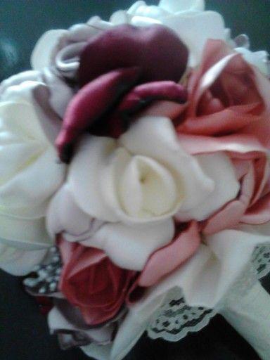 Bouquet novia, flores realizadas de forma totalmente artesanal, pétalo a pétalo, mango y base forrados en seda dupion, pequeño volante de puntilla y 3 pequeñas perlas.