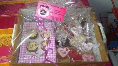Caja regalo de amor: galletas, cupcakes, bombones y minitarta.