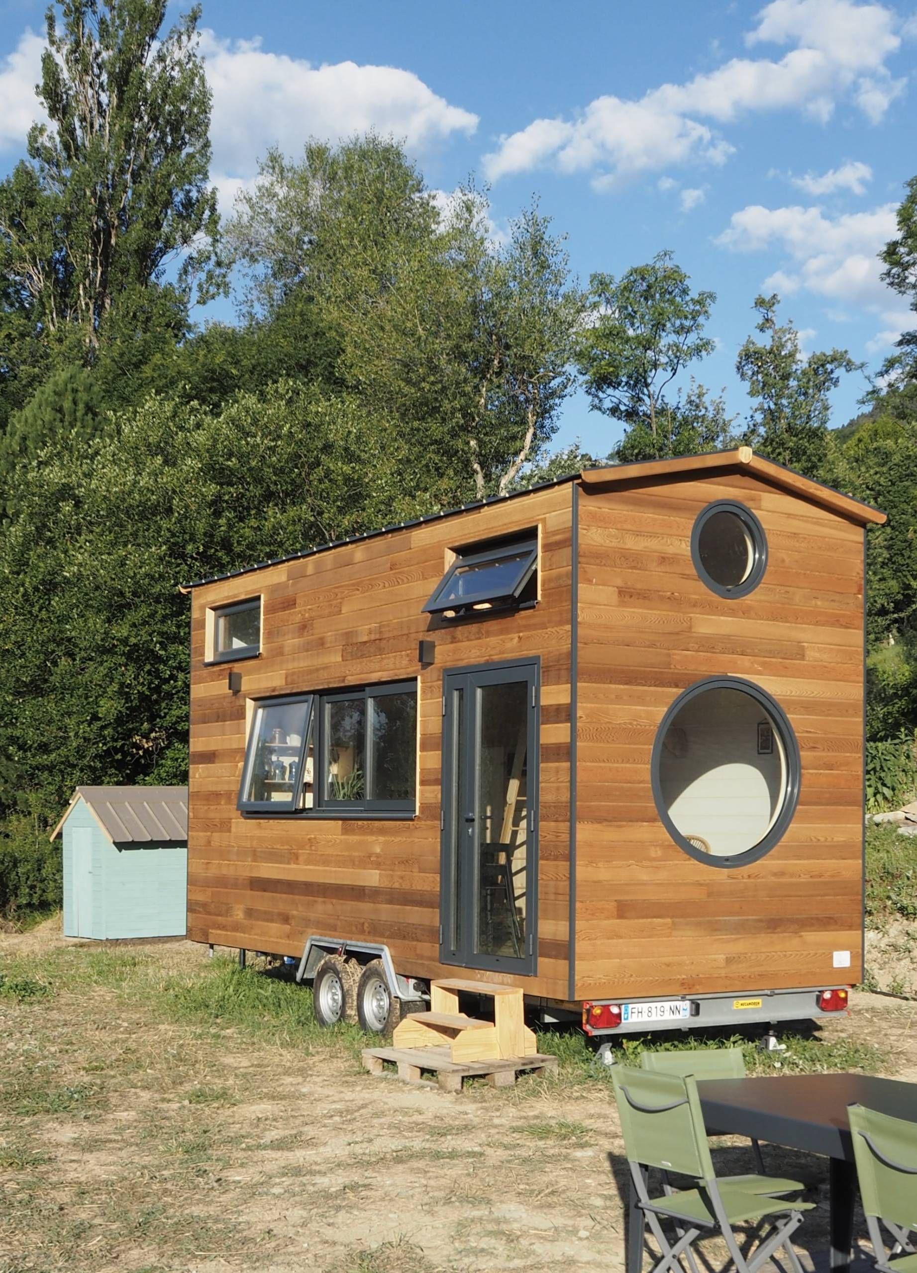 Bienvenue Dans La Tiny House Scandinave D Agnes Alias La Prune Du Jardin En 2020 Plancher Bois Caisson Bois Maisons Eco