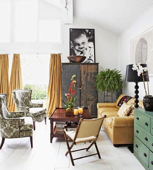 sala decorada no estilo vintage com poltronas com estampa em