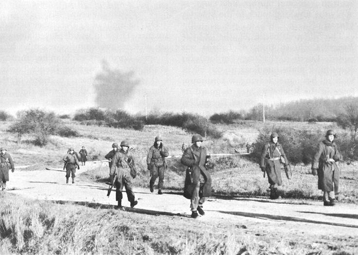 Soldats de la 2e Division blindée se déplacent vers de nouvelles positions pendant le combat pour l'Humain (marche-en-Famenne), 26 décembre 1944.