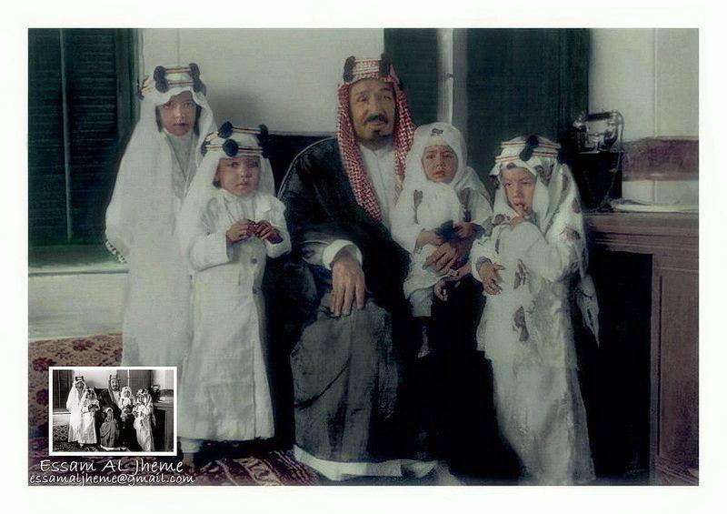 الملك عبدالعزيز في وسط ابناءه وهم من اليسار إلى اليمين الامير مشعل والامير طلال والامير نواف والامير متعب Deep Art My Images Rare Pictures