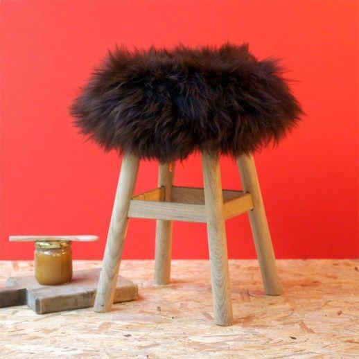 housse de tabouret peau de mouton fab design poils courts noirs retrouver sur http. Black Bedroom Furniture Sets. Home Design Ideas