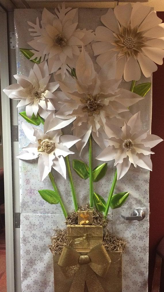 Decoraci n de puerta de vacaciones de flores de papel for Puertas decoradas con flores de papel