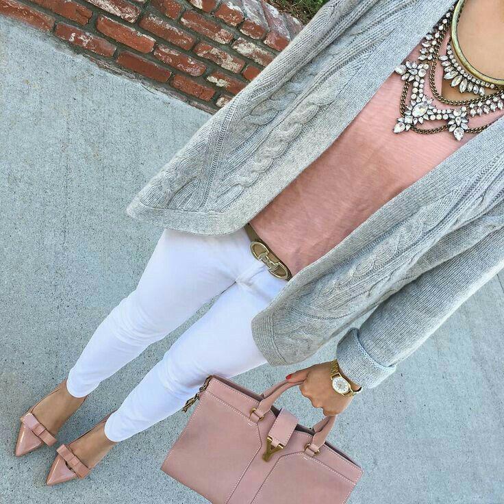 9e6802f88c221 Blusa rosa palo, jeans blanco,zapatilla rosa palo y cardigan gris.  Acserios: maxi collar plata, bolso rosa y reloj