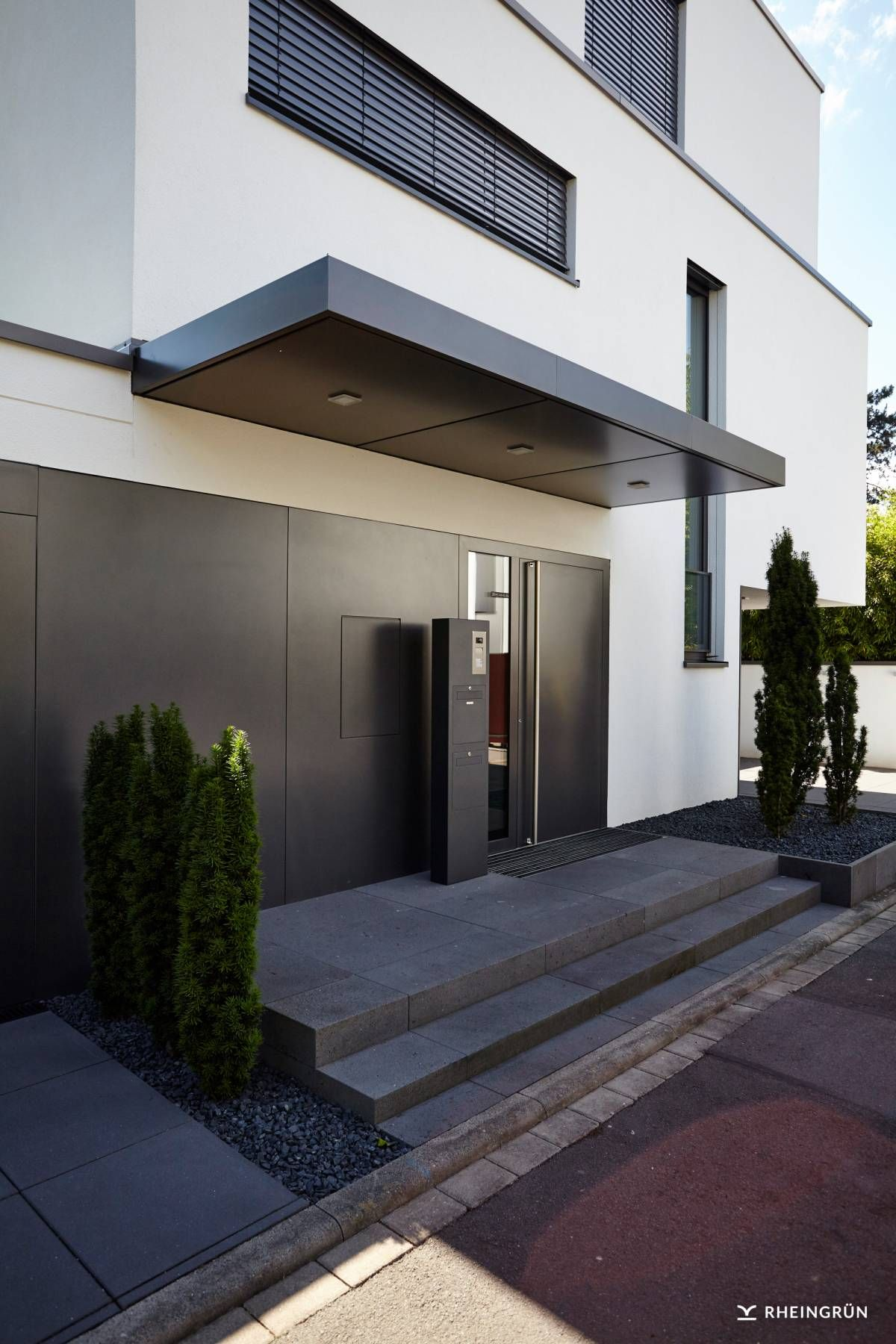 schlichte gartengestaltung mit rasenfl che und wasserspiel aus naturstein eingangsbereich. Black Bedroom Furniture Sets. Home Design Ideas