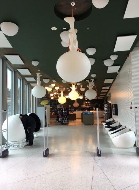 TV-tornin aulassa sijaitsee matkamuistomyymälä. Katossa roikkuu Teletornin maskottihahmoja. #teletorn #tvtorni #tallinna #tallinn #eckeroline #eti