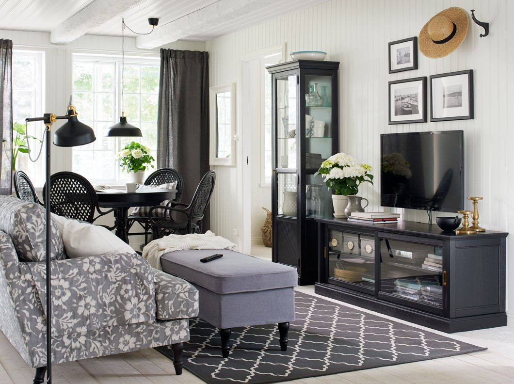 Classic living room with tv - Traditional Living Room In Black And White With A Tv Bench With Sliding Glass Doors