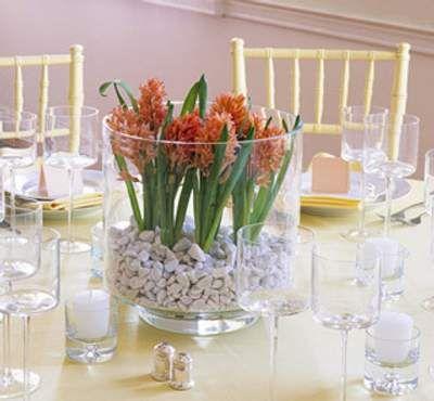 centros de mesa y arreglos florales en jarrones de cristal