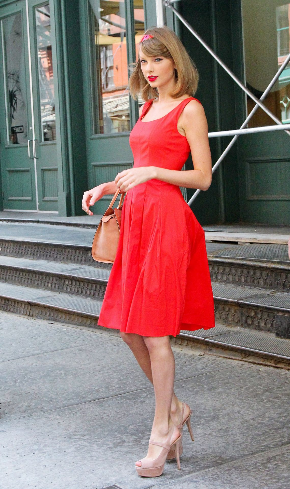 Taylor Swift Fashion - Taylor Swift leaving her apartment ...