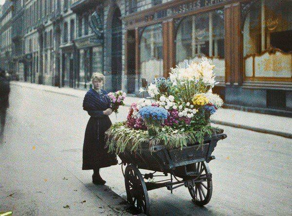 Marchande de fleurs en face du 53 rue Cambon 25 juin 1918 Auguste Léon