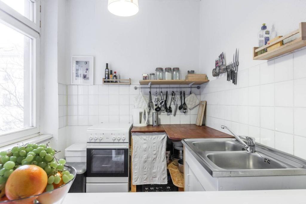 helle und ger umige k che mit frischem obst k che einrichtung regal aufbewahrung. Black Bedroom Furniture Sets. Home Design Ideas