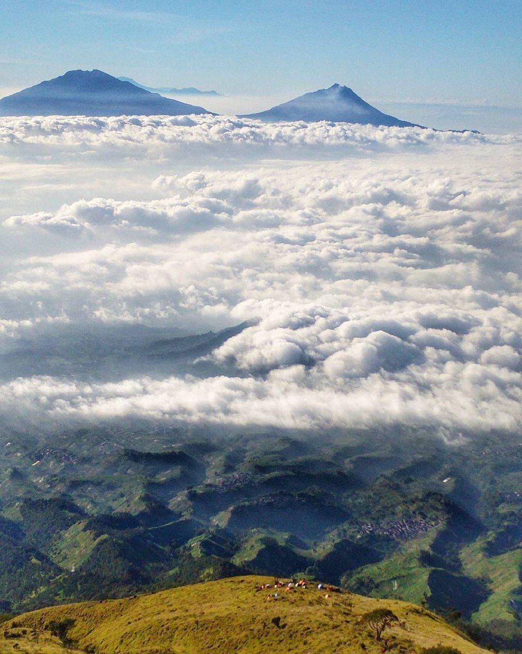 Awan Yang Meliputi Gunung Dengan Gambar Pemandangan