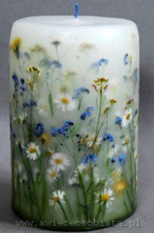 świeca łąkowa, ze stokrotkami, niezapomianajkami, mniszkami i gęsiówką / white candle with dried flowers http://lumierespournosdefunts.blogspot.fr/