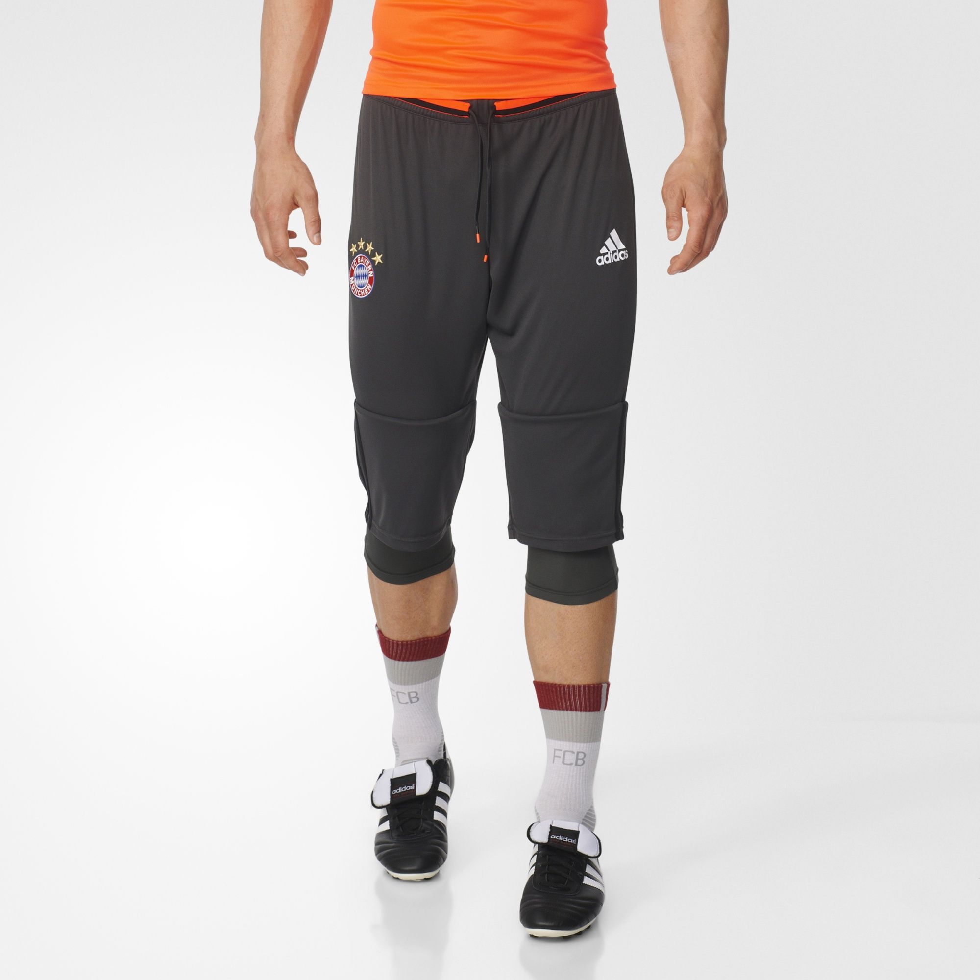 Spread out the defense and put one in the back of the net like der FCB does with these men's three-quarter soccer pants. They feature a two-piece construction with inner tights and an embroidered FC Bayern team badge on the right leg.