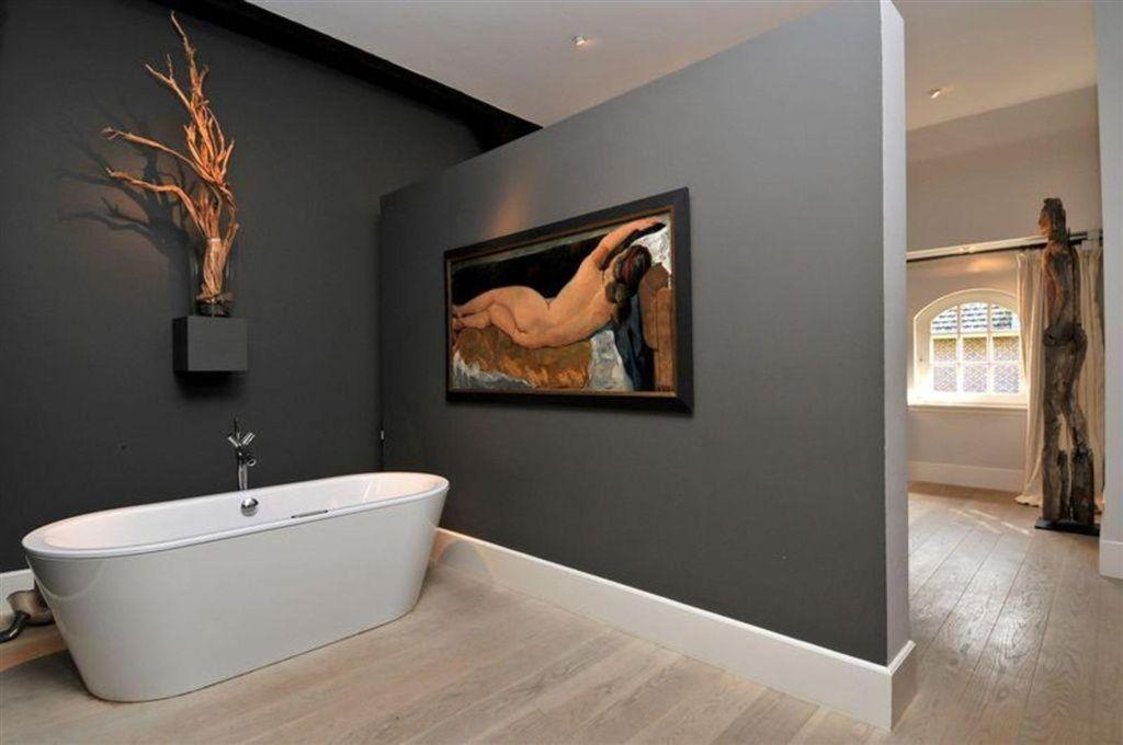 Houten vloer in de badkamer! Hierdoor loopt de badkamer mooi door ...