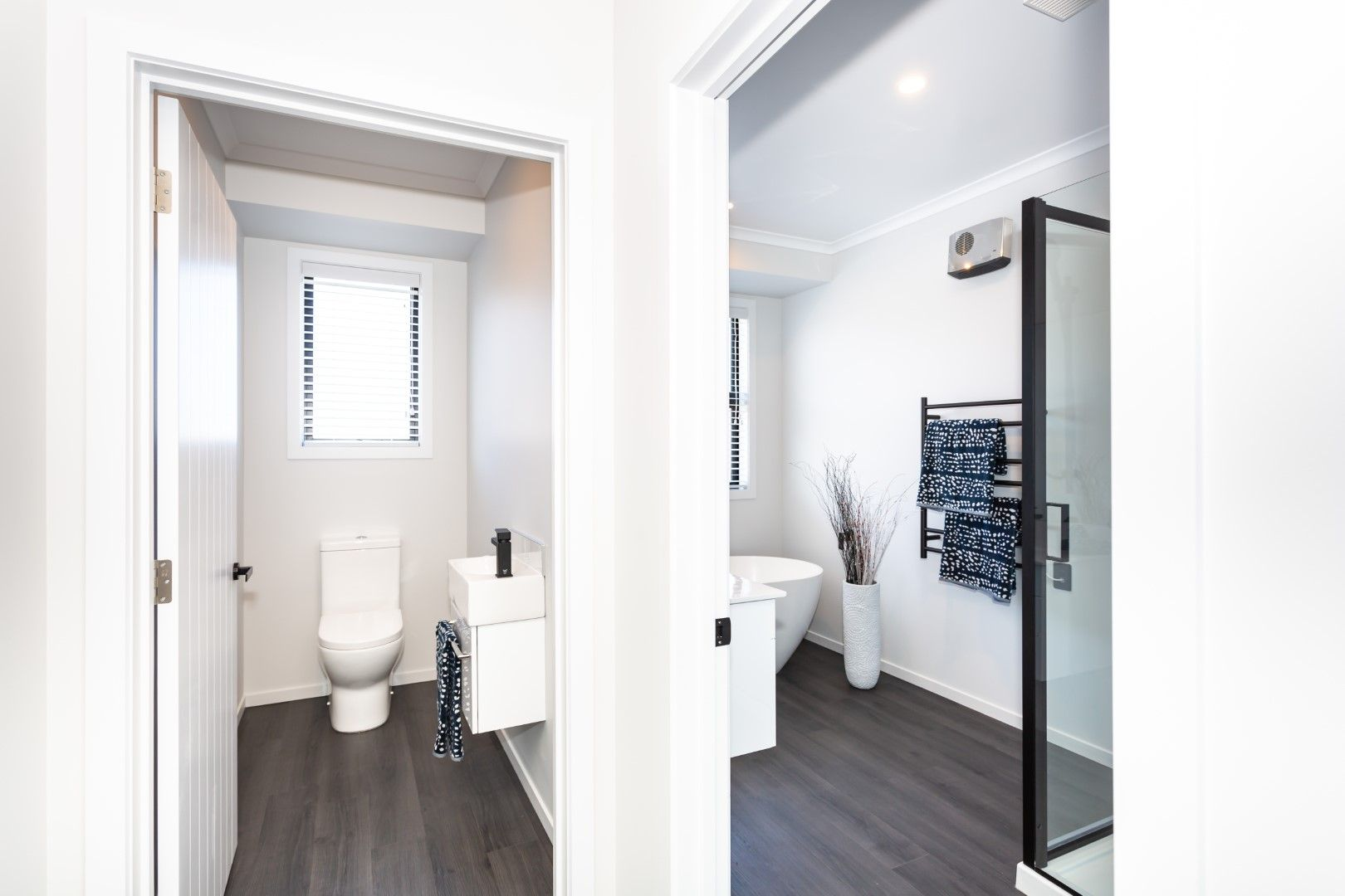 Vinyl Flooring In Your Bathroom And Toilet Remains A Stylish Low Maintenance Cost Effective Option Lino Vinylflooring