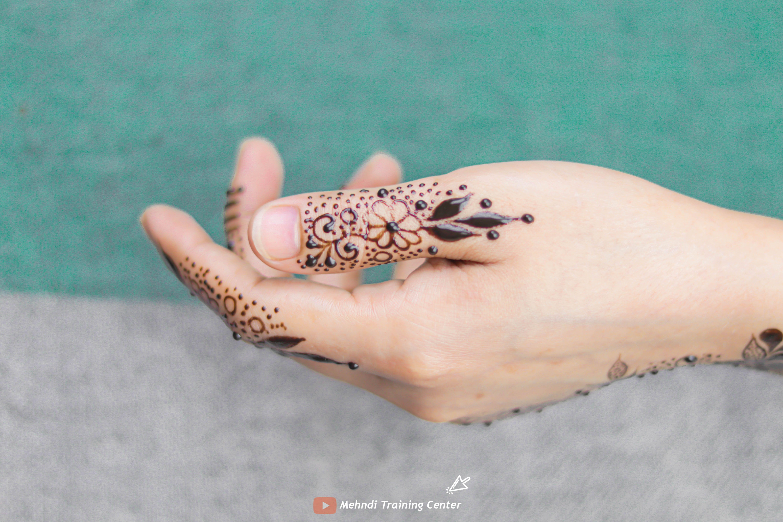 طريقة تطبيق الحناء في المنزل بسيطة تصميم حناء جميل جدا للفتيات العربيات الجميلات اجمل حناء Simple Mehndi Designs Mehndi Designs Latest Mehndi Designs