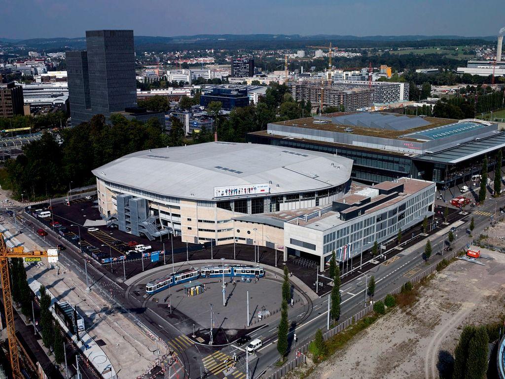 Não somos pisos vinílicos, somos pisos de borracha. Os pisos Nora são 100% de borracha, baseados em qualidade e sustentabilidade com mais de 300 variações de cores e design, totalmente ergonômico, certificação LEED, resistente a manchas, ao grande tráfego comercial e voltado para diversas aplicações. Instalação dos pisos noraplan® stone no Hallenstadion Zürich em Zurique | Suíça.