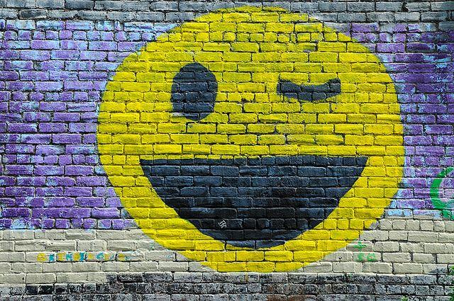 """""""La felicidad no es algo que experimentas; es algo que recuerdas"""" Oscar Levant. Más imágenes sonrientes: Frases graciosas Cómo reír más L..."""