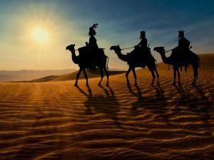 Los tres Reyes Magos cruzando el desierto en sus camellos