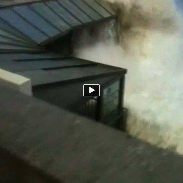 "Ondas gigantes ""destroem"" Carcavelos #herculesstorm #surfinportugal #giant waves #mcnamara #stormhercules"