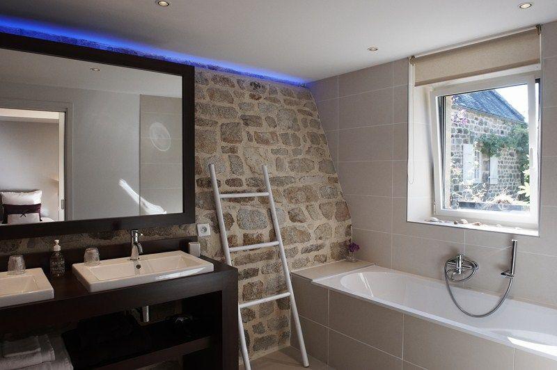 Salle de bain chambre Molene de  la maison d'hôtes de charme la Ferme de Kerscuntec en Finistrère, bretagne Sud, entre Quimper et Bénodet, entre mer et campagne.