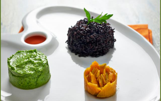 """Ricetta del riso nero con zucca marinata e avocado Accostare bene i colori della natura è un'arte, proprio come questo piatto succulento e invitante, dove il riso """"venere"""" nero si sposa coi colori arancio della zucca e verde della salsa al prezzemolo #primipiatti #risonero #zucca"""