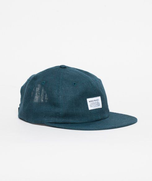 Lightweight linen flat cap featuring a signature Norse Projects label. Deadstock linen fabric from the USA.