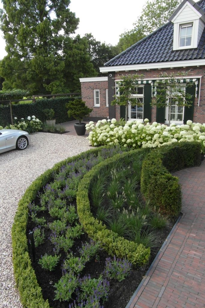 Jaren30woningen.nl   Voortuin voor een vrijstaande jaren 30 woning met grind, lavendel, buxus en hortensia's