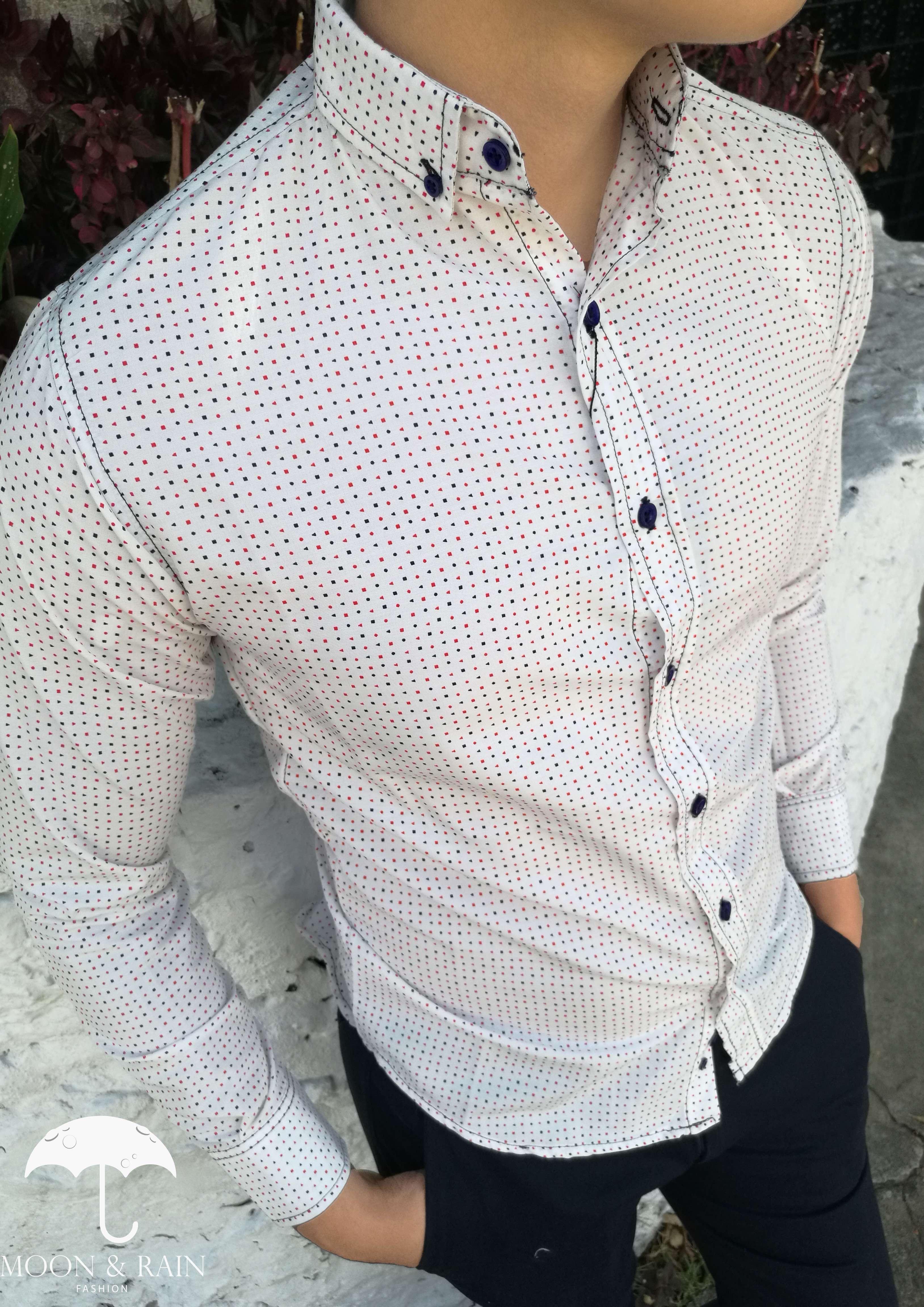 9b620efc28595 Camisa blanca con puntos de colores para hombre.