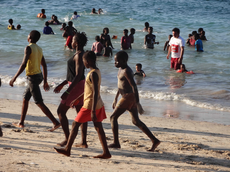 Zondagmiddag op het strand van Pemba, Mozambique. Na twee dagen lege stranden, was het binnen een uur tjokvol. Heel vrolijk!