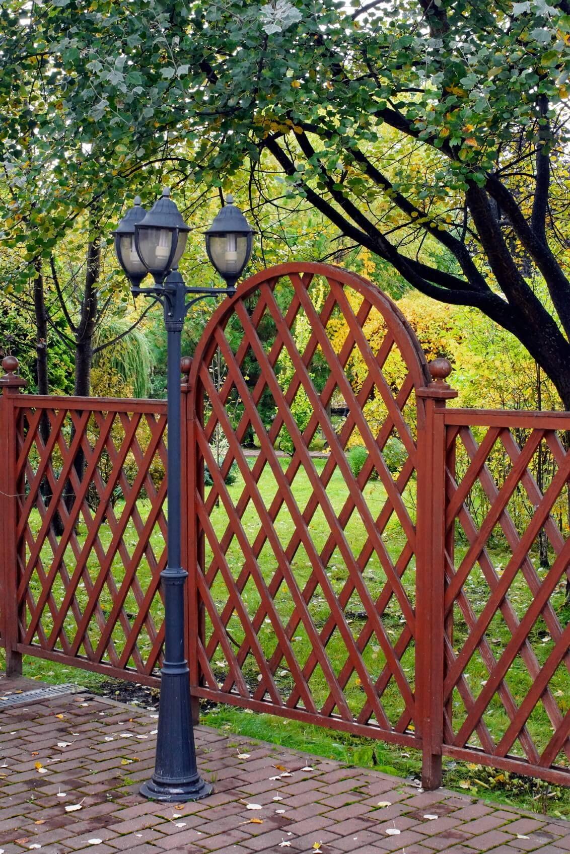 22 Creative Lattice Fence Ideas for Gardens and Backyards | Lattice ...