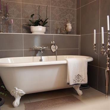 Baignoire ilot classique et chandeliers à bougies Bathroom