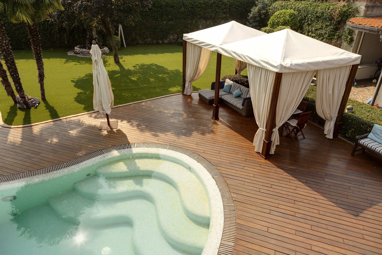 Decking in legno per giardino con gazebo e piscina decking