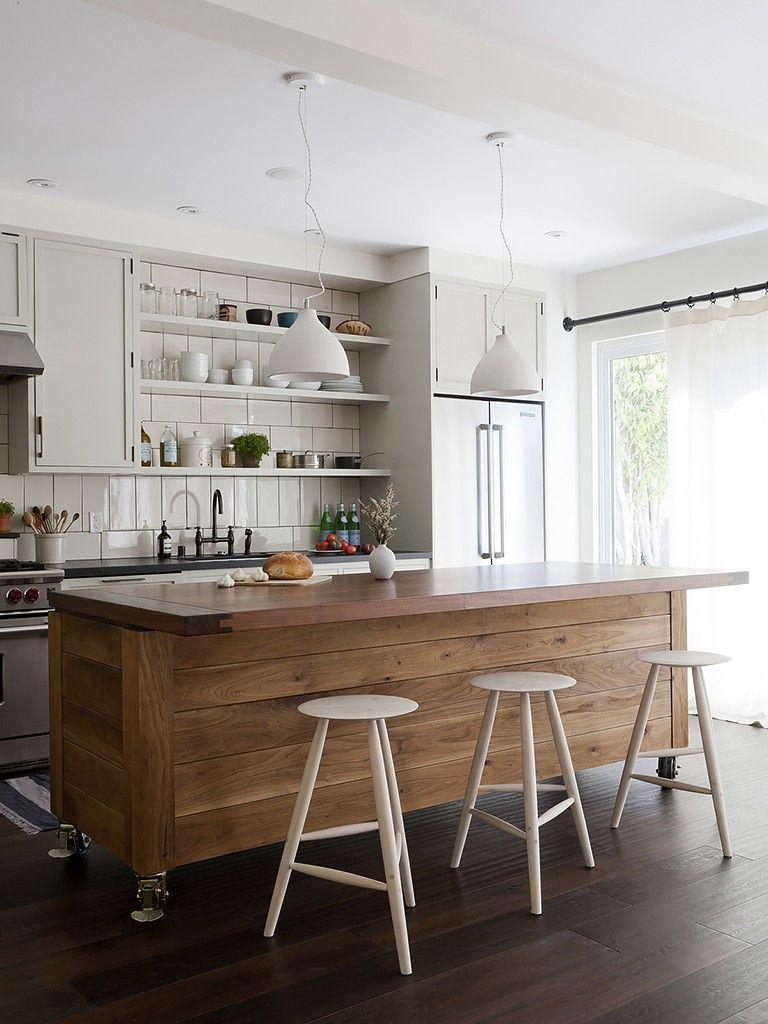 Banquetas e ilha de madeira em cozinha cozinha ilha de - Islas de cocina moviles ...