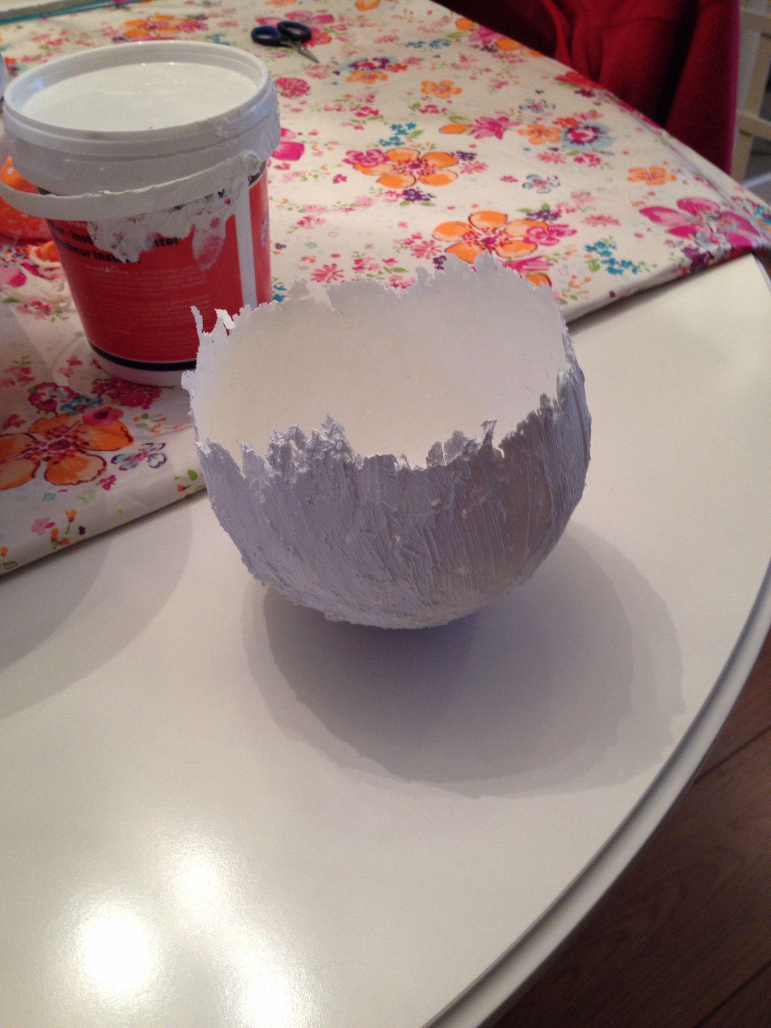 """Ballon insmeren met vaseline, muurvuller van de Action, laten drogen, ballon verwijderen en tadaa.... """"Ei-schaaltje""""! Eventueel verven enzv...."""